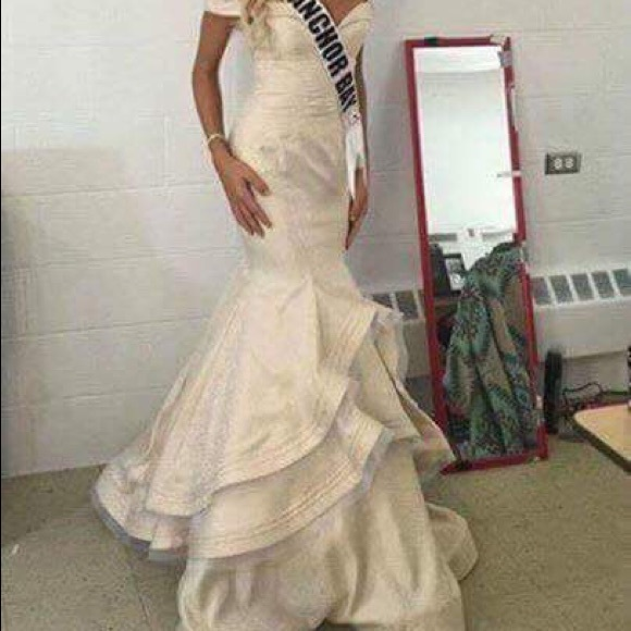 mac duggal Dresses & Skirts - Mac Duggal gown off white embossed cream dress